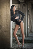 Portret piękna seksowna młoda kobieta z czarnym strojem, skórzana kurtka nad bielizną, w miastowym tle atrakcyjna brunetka Fotografia Stock