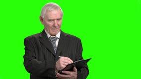 Portret pisze puszku na schowku starszy biznesmen zdjęcie wideo