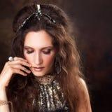 Portret Plemienny tancerz, piękna kobieta w etnicznym stylu na textured tle Fotografia Stock