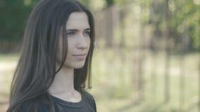 Portret plenerowy przy zieleń parkiem piękna młoda kobieta z bliska zbiory