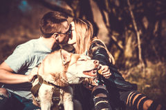 Portret plenerowy z całowanie parą behind husky pies fotografia stock