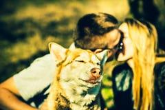 Portret plenerowy z całowanie parą behind husky pies obraz stock