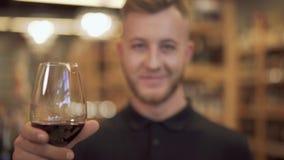 Portret podnosi jego wina szkła zbliżenie przystojny mężczyzna Ostrość rusza się od wina szkła plecy i facet zbiory wideo