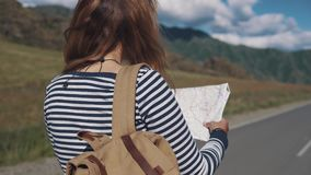 Portret podróżnik kobiety zakończenie dziewczyna turysta z plecakiem iść wzdłuż autostrady widok z powrotem zbiory wideo