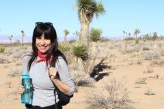 Portret podróżuje młoda kobieta - Akcyjny wizerunek zdjęcia stock