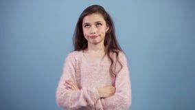 Portret podrażniona długa z włosami nastoletnia dziewczyna stacza się ona oczy podczas gdy karmiący w górę lub zanudzający, odizo zbiory wideo