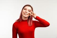 Portret pokazuje dwa palców pokój młoda kobieta Odbitkowa przestrzeni ściana dla twój reklamy zawartości lub informacji zdjęcia royalty free