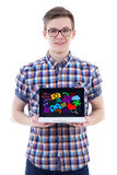 Portret pokazuje laptop z medialnymi ikonami i appl nastoletni chłopak Obrazy Stock