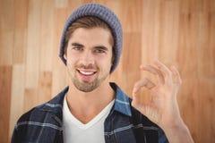 Portret pokazuje OK znaka szczęśliwy modniś zdjęcie stock
