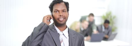 Portret pomyślny pracownik z telefonem komórkowym zdjęcie stock