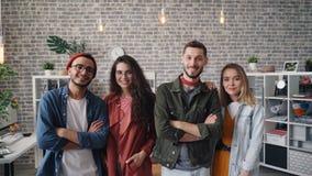 Portret pomyślna biznes drużyna ono uśmiecha się patrzejący kamerę w nowożytnym biurze zbiory