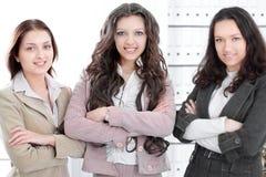 Portret pomyślna biznes drużyna w tle biuro zdjęcia stock