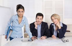 Portret: pomyślna uśmiechnięta biznes drużyna trzy ludzie; mężczyzna Obraz Stock