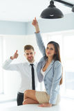 Portret Pomyślni ludzie biznesu Które Pokazują kciukowi Up gest Zdjęcie Stock