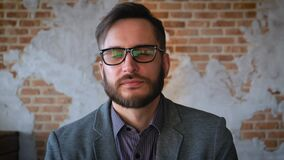 Portret pomyślny biznesmena przedsiębiorca pracuje przy ruchliwie biurowy ono uśmiecha się Portret: Modny nowożytny młody człowie zbiory wideo