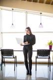 Portret pomyślny bizneswomanu mienia laptop w ona ręki Szczęśliwa piękna ufna kobiety pozycja przy biurem z notatnikiem Obraz Stock
