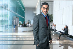 Portret pomyślny korporacyjny biznesowego mężczyzna kierownictwo w nowożytnego biurowego miejsca pracy środowiska ufnym elegancki Obraz Stock