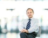 Portret pomyślny prawnik - konsultant na lekkim backgrou obraz stock