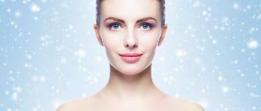 Portret potomstw, pięknej i zdrowej kobieta: nad zima plecy Zdjęcia Royalty Free