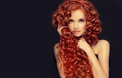 Portret potomstwa, atrakcyjni potomstwa modeluje z nieprawdopodobnym zwartym, długim, kędzierzawym czerwonym włosy, Frizzy włosy zdjęcia stock