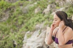 Portret potomstwa bawi się kobiety słucha muzyka w sprawność fizyczna stroju Obrazy Royalty Free