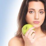 Portret młoda kobieta trzyma jabłka Fotografia Royalty Free