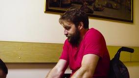 Portret potomstwa obezwładnia mężczyzna obsiadanie w wózku inwalidzkim zbiory wideo