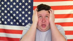 Portret potomstwo martwiący się gruby mężczyzna z stresem na tle usa flaga zbiory