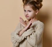 Portret poważna, nieszczęśliwa dzieciak dziewczyna trzyma dwa ręki, krzyżował, gestykulujący żadny szyldową, przyglądającą oddalo zdjęcia royalty free