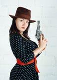 Kobieta w brown kapeluszu z pistoletem obrazy royalty free