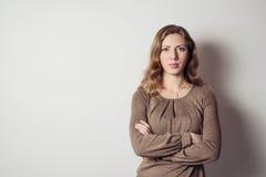 Portret poważna młoda kobieta z długie włosy zdjęcie royalty free