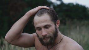 Portret poważni silni bezpłatni wojowników spojrzenia przy kamerą na naturze 4K zbiory wideo