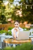 Portret poważny żeński uczeń lub freelancer z laptopem Skoncentrowany młody Kaukaski freelancer lub uczeń jest ubranym białych T- zdjęcia royalty free