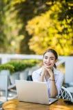 Portret poważny żeński uczeń lub freelancer z laptopem Skoncentrowany młody Kaukaski freelancer lub uczeń jest ubranym białych T- fotografia stock