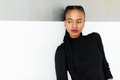 Portret poważny afrykanin czarna amerykańska kobieta lub stoi nad białym tłem i patrzeje daleko od Obraz Royalty Free