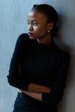 Portret poważny afrykanin czarna amerykańska kobieta z rękami lub składał pozycję nad szarym tłem i patrzeć daleko od Zdjęcia Royalty Free