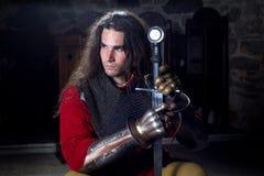 Portret Poważny rycerz Patrzeje Daleko od w Łańcuszkowej poczta Z metalu kordzikiem i rękawiczkami Zdjęcie Royalty Free