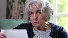 Portret Poważny Starszy kobiety czytania list zdjęcie wideo