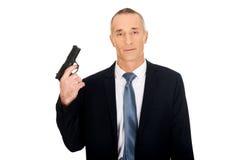 Portret poważny mafijny agent z pistolecikiem Fotografia Stock