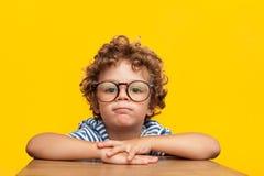 Portret powabna chłopiec w eyeglasses obrazy stock