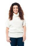 Portret powabna dziewczyna w wysokim szyja pulowerze Obraz Stock