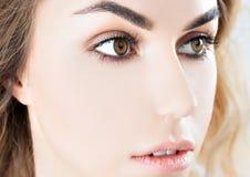Portret powabna dziewczyna z doskonale czystą skórą zdjęcie royalty free