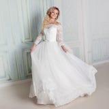 Portret powabna kobieta w ślubnej sukni Tanczyć na tło ścianach z klasycznymi formierstwami obraz royalty free