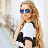 Portret powabna kobieta w okularach przeciwsłonecznych Obraz Royalty Free