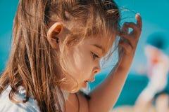 Portret powabna mała dziewczynka na plaży Zdjęcia Royalty Free