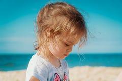 Portret powabna mała dziewczynka na plaży Zdjęcia Stock