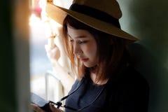 Portret powabna piękna kobieta jest przyglądająca jej kamera kawaler zdjęcia royalty free