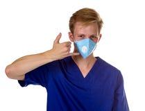 Portret powabny lekarz medycyny gestykuluje wezwanie ja z jego Zdjęcia Royalty Free