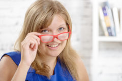 Portret powabny młody bizneswoman z czerwonymi eyeglasses Fotografia Stock