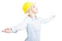 Portret pozuje patrzeć szczęśliwy żeński inżynier zdjęcia royalty free
